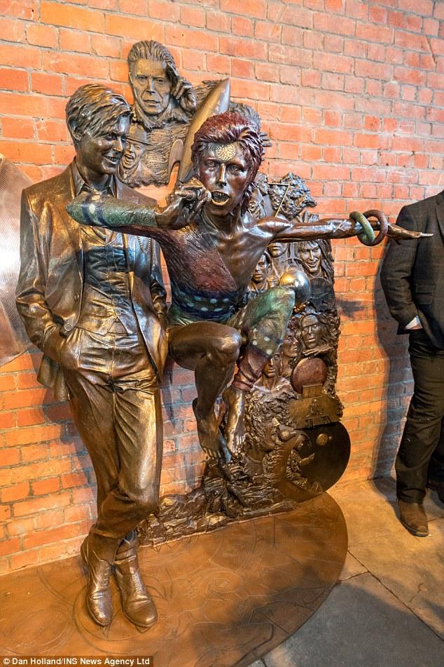 Curiosities – Earthly Messenger, la statue de David Bowie.